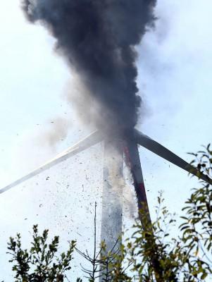 Die 90 Meter hohe Kanzel des Windrades steht in Flammen. Foto: Breithaupt