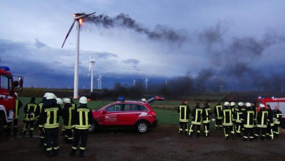 Die Feuerwehrleute konnten nur zusehen: Brand eines Windrades am Sonntag im Bördekreis (Sachsen-Anhalt), rund 20 Kilometer westlich von Magdeburg. Quelle: dpa
