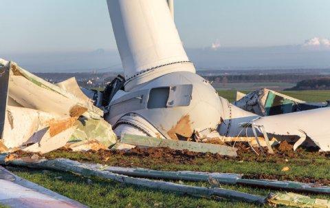 Das Windrad ist in 25 Metern Höhe abgebrochen und auf dem Acker zerschellt. Foto: Kuffner