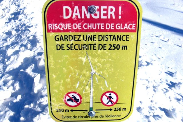 Les citoyens ont vu apparaître depuis deux semaines des pancartes les avisant de ne pas circuler à moins de 250 mètres des structures métalliques en raison du danger de projection de glace.