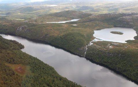 VANNKILDE: 15 vindturbiner i Mosjøen vindpark er planlagt i nedslagsfeltet til Langvatnet (nærmest). Holmvatnet til høyre.