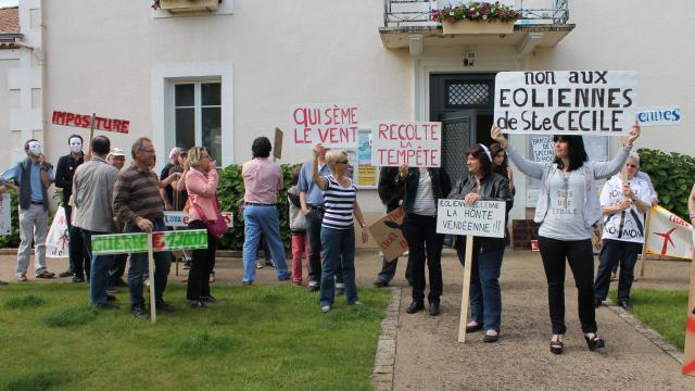 Une cinquantaine de personnes ont manifesté samedi matin devant la mairie de Sainte-Cécile. | Ouest-France