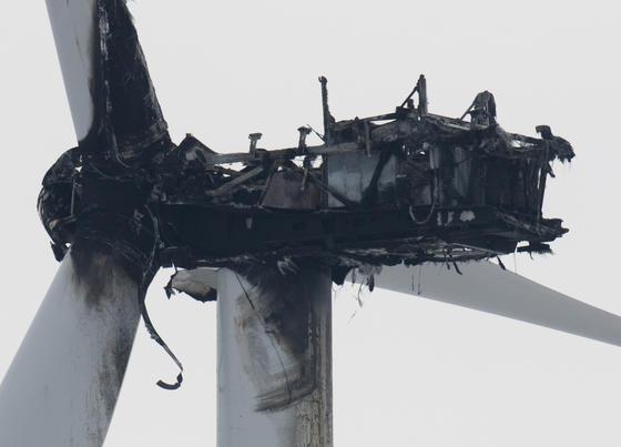 in Brand führt meist zum Totalschaden der Windturbine. Die Masten sind für die Feuerwehrleitern zu hoch, die Gefahr für Feuerwehrmänner ist zu hoch, durch abstürzende Rotorblätter verletzt zu werden. Quelle: dpa-Zentralbild