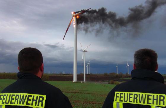 Ein Windrad brannte im Oktober 2013 auf einem Acker im Bördekreis in Sachsen-Anhalt, rund 20 Kilometer westlich von Magdeburg. Die Feuerwehr vermutete, dass Windböen zu einer Überhitzung geführt hatten. Bildquelle: dpa