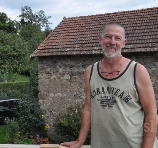 La terrasse d'Hans Wouters donne sur la crête le long de laquelle les mâts seraient implantés. «Bien sûr ça m'inquiète. Et personne ne nous dit rien», exprime ce Néerlandais installé depuis 12 ans à Montmort. Photo C. R.