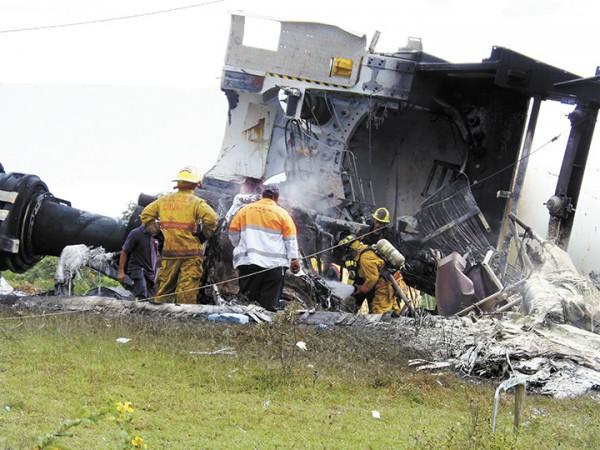 El Benemérito Cuerpo de Bomberos de Rivas acudió al lugar para apagar las llamas del aerogenerador que colapsó y se incendió. LA PRENSA/ R. VILLARREAL