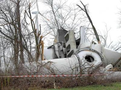 Eine zum großen Teil umgestürzte Windkraftanlage liegt am 13.12.2014 auf einem Feldweg im Windpark bei Koßdorf (Elbe-Elster) im Süden Brandenburgs. - Foto: dpa