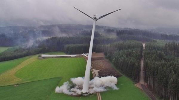 """Spektakuläre """"Rückbaumethode"""": Die Windräder werden einfach gesprengt. - Foto: weitblick-lufttechnik Mair / Allgäuer Überlandwerk"""