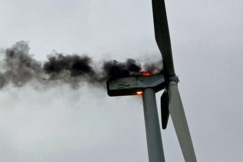 Die brennende Gondel der Winkraftanlage. Foto: Feuerwehr Uedem/Alexander Janßen