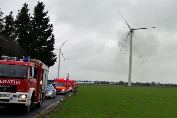 Feuerwehr, Polizei und Rettungsdienst im Einsatz beim Brand einer Windenergieanlage in Uedem. Foto: Feuerwehr Uedem/Alexander Janßen