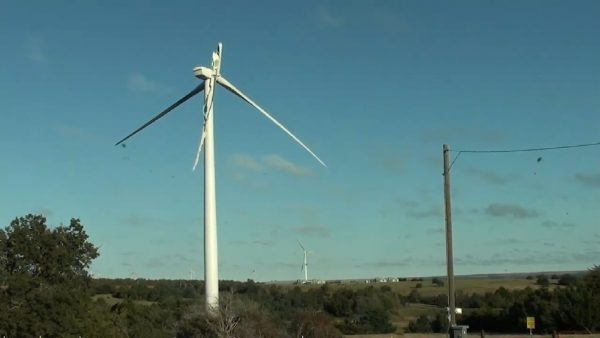 A wind turbine near Minco is damaged eight miles west of Minco. (Bobby Hines/KOKH)